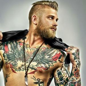 tatouage bras et torce style pold school avec encre couleur et collier avec dent de requin