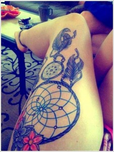 tatouage attrape rêve cuisse