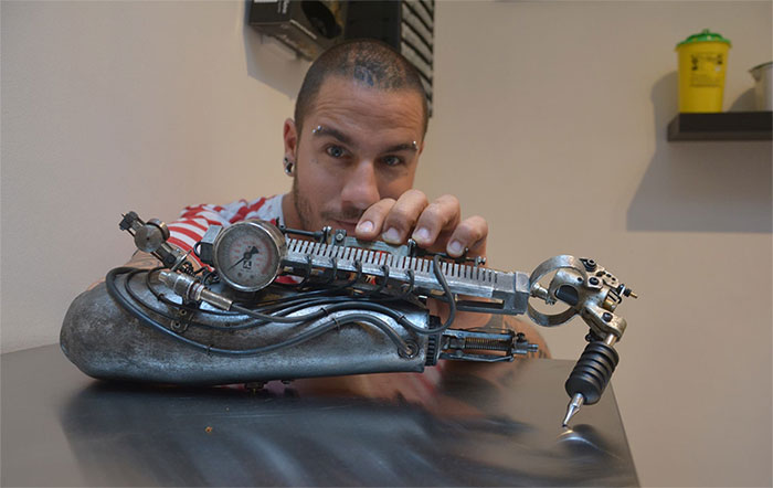JC Sheitan Tenet  tatoue grâce à un bras biomécanique, tatouage-tattoo