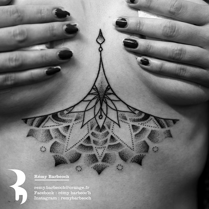tatouage sous la poitrine, tatoo unerboob mandala avec détails géométriques