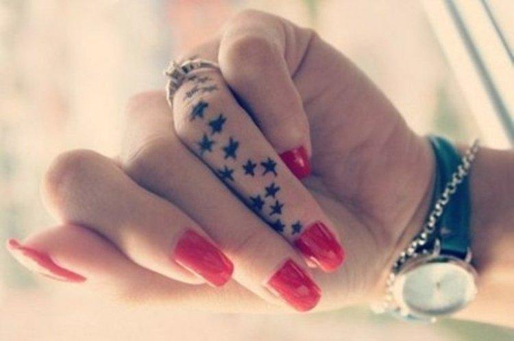 tatouage--étoiles-noires-sur-la-main-doigt-signification