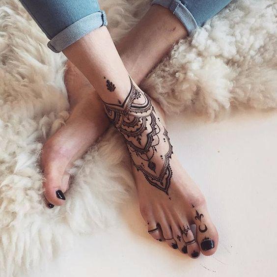 tatouage-henne-naturel-pied-ideal-pour-la-plage