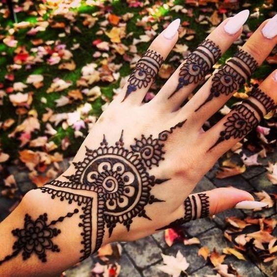 tattoo-au-henne-manchette-mains-doigts-henna-tattoo-style-mandala-oriental