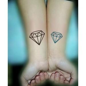 tatouage diamant poignet