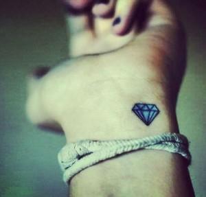tatouage discret de diamant
