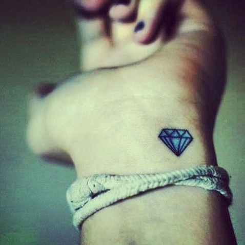 tatouage discret de diamant