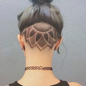 La tendance tatouage éphémère de cheveux arrive en force. Voici un modèle inpité es fameux tattoo mandala