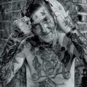 un papi tatoué qui déchire