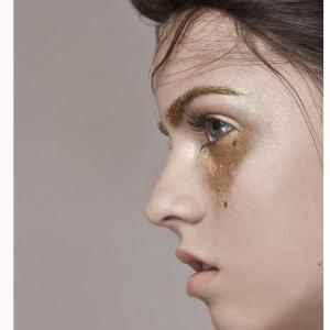 Ici les sourcils sont asssortis au maquillage larmes avec des paillettes dorés