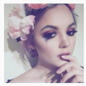 De jolie larmes pailletées roses avec une coiffure couronne de fleurs