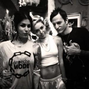 myley cyrus et kat von d dans son sallon de tatouage