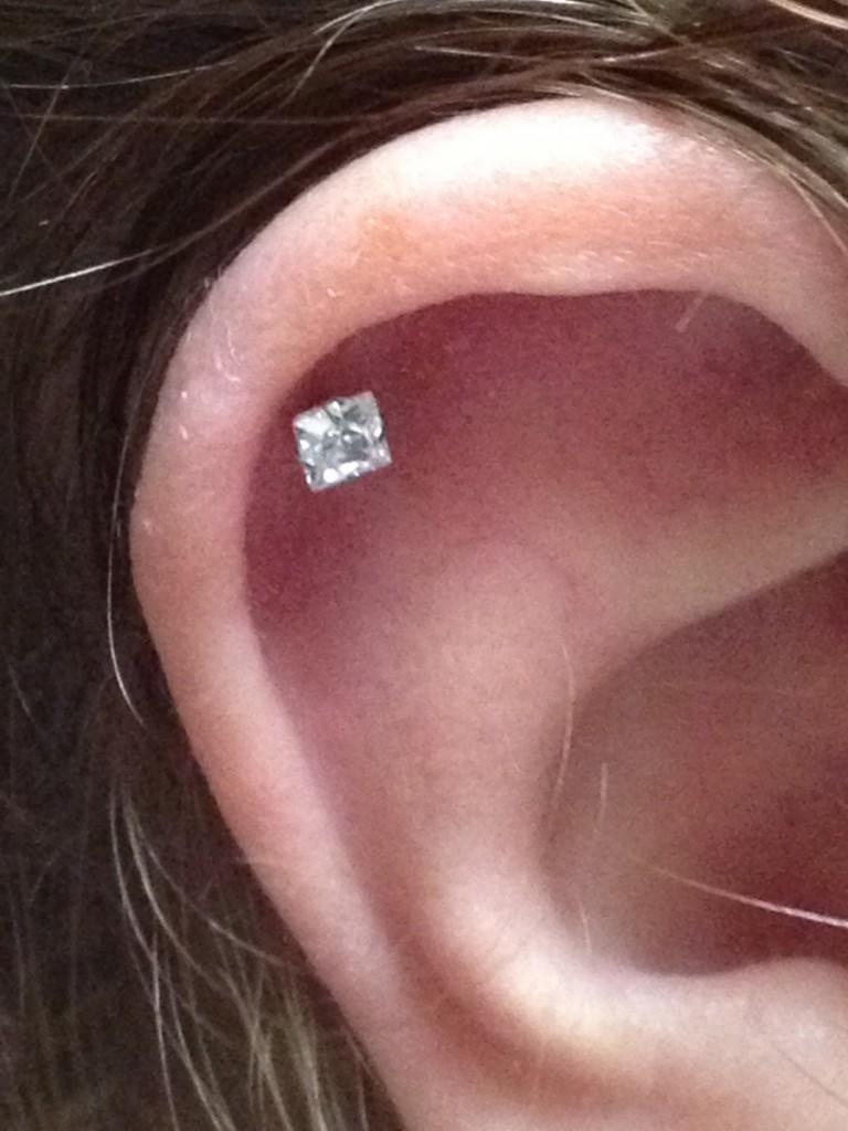Piercing-hélix-le-piercing-du-cartilage-de-l_oreille-qui-vous-mène-la-vie-dure1-768x1024