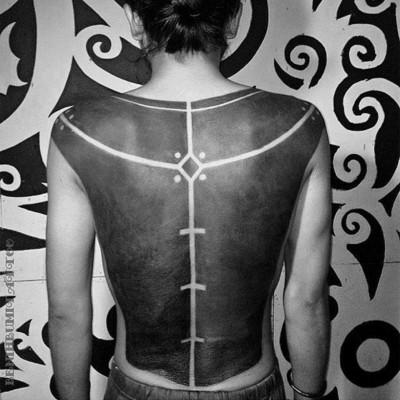 une autre version plus extreme du blackout tattoo avec des détails créés grâce aux contour du tatouages