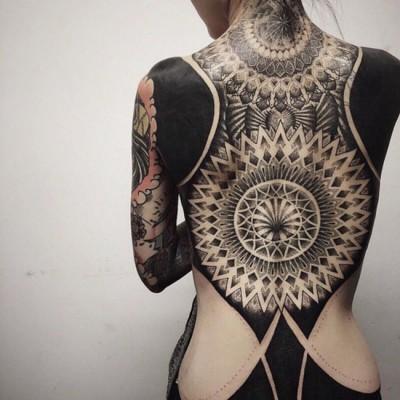 très jolie tattoo blackout recouvrant entièrement le dos avec détails madala
