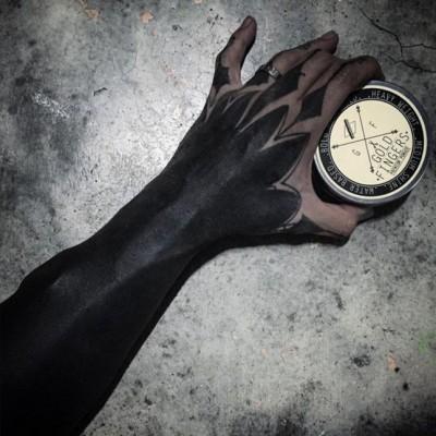 une autre performance de tatouage blackout totale encre noire