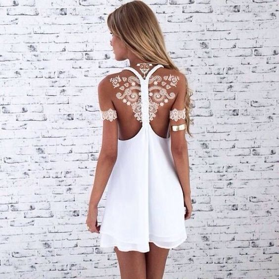 tatouage à l'henne blanc dans le dos avec détails sur les avant bras