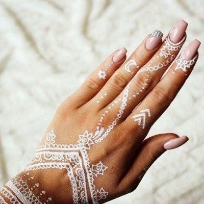tatouage henné blanc sur les doits
