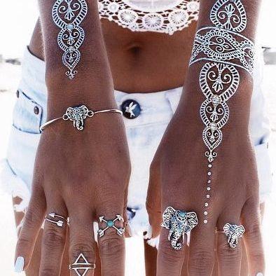 tatouage oriental sur les mains avec du henné