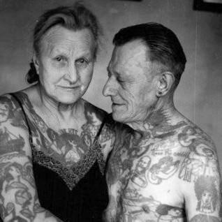 un joli couple de personnes agées tatouées