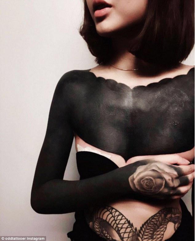 tarawa décrypte la nouvelle tendance du blackout tattoo qui réecrouvre entièreemnt d'encre noir une partie du corps en s'inspirant des tattoos tribales