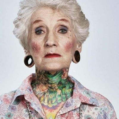 une mamie super rock avec tatouages, piercings et écarteurs