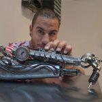 Un bras biomécanique venu du futur pour un tatoueur lyonnais