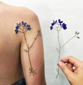 tatoueuse spécialisé dans le tatouage fleurs réaliste
